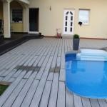 terasa mezi bazénem a dlažbou