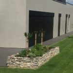 šikovně umístěná skalka v zahradě ve spojení s terasou