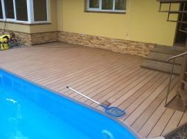 Dřevo plastová terasa u bazénu a domu