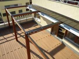 dřevěná pergola na balkoně se zastřešením