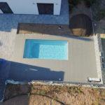 terasa u bazénu a domu