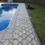 dlažba kolem bazénu