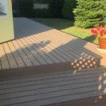 schody z dřevoplastu kolem zahrady